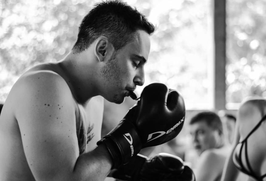 конкурс «Для настоящих мужчин: съешь конфетку в боксерских перчатках»